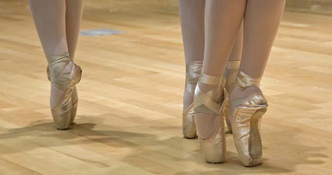 ballet-dancers-flexible